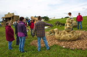 2017 Strohskulpturen Aufbau_27