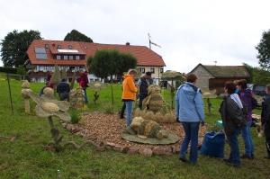 2017 Strohskulpturen Aufbau_40